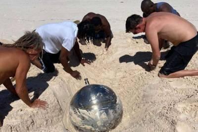На Багамах нашли загадочный металлический шар с надписями на русском языке: фото