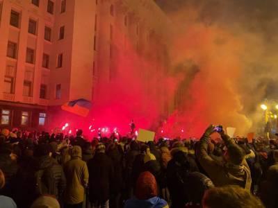 В Киеве под Офисом президента проходит акция в поддержку Стерненко