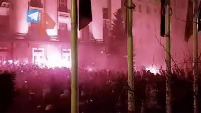 Националисты закидали петардами офис Зеленского в Киеве