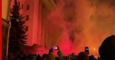 Украинские националисты забросали офис Зеленского петардами