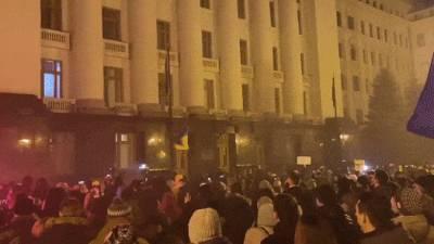 Взрывы петард и выбитые окна: Националисты устроили беспорядки у офиса Зеленского – видео