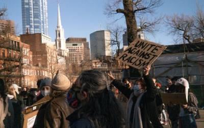 В США вспыхнули протесты после массовой стрельбы в Джорджии и мира