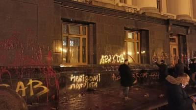 В Киеве радикалы атаковали офис Зеленского