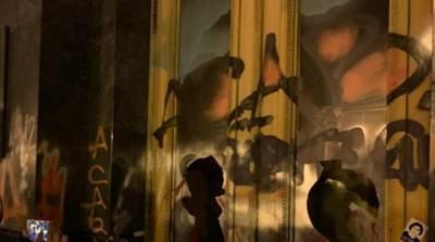 Суд избрал меру пресечения активисту, разбившему стекло в здании ОПУ