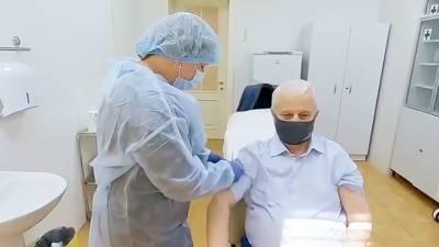 Первый президент Украины сделал прививку от ковида