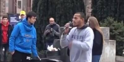 В Киеве житель Харькова пел песни Моргенштерна прямо на Крещатике, его чуть не избили - видео - ТЕЛЕГРАФ