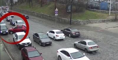 Водитель Renault не поставила машину на ручник – авто выкатилось на дорогу и устроило ДТП, видео - ТЕЛЕГРАФ