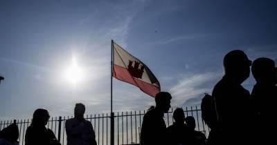 В Гибралтаре, где впервые в мире вакцинировали всех взрослых, отменили масочный режим