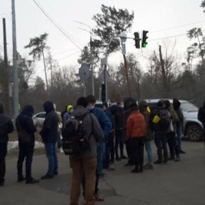 Акция протеста проходит около дачи Владимира Зеленского