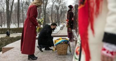 Зеленский с женой возложили цветы к памятнику Шевченко в его день рождения (ФОТО)