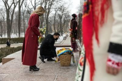 Зеленский с женой возложили цветы к памятнику Шевченко