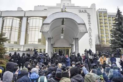 В Киеве сотни людей протестуют под «Президент-отелем» (ФОТО)