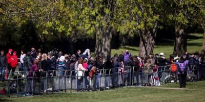 Похороны принца Филиппа: толпы людей пришли к Виндзорскому замку, несмотря на призывы этого не делать