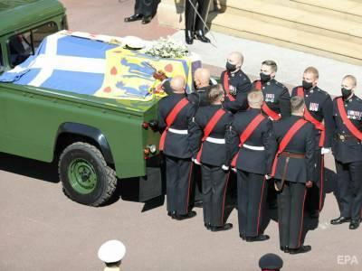 В Лондоне попрощались с принцем Филиппом. Королева на церемонии сидела одна