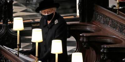 Строго придерживалась правил. СМИ объяснили, почему Елизавета II сидела одна во время похорон принца Филиппа