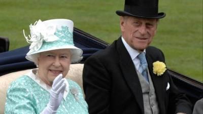 Елизавета II показала редкое фото с принцем Филиппом в день его похорон