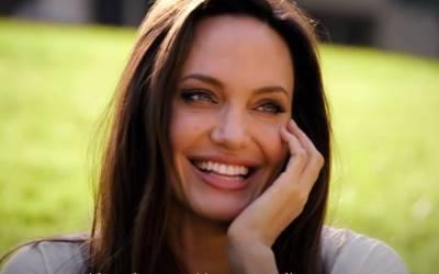 """45-летняя Анджелина Джоли в балахоне не смогла скрыть увеличившийся животик: """"Выглядит беременной"""""""