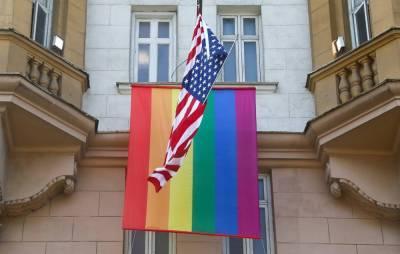«Европейские ценности»: Посольствам США разрешили вывешивать флаг ЛГБТ-движения вместе с американским
