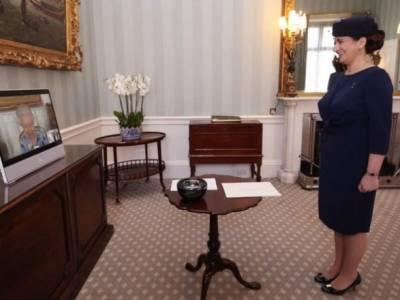 Показали первые фото королевы Елизаветы II во время работы после смерти мужа