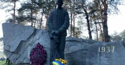 """""""Склоняем голову перед теми, кто пережил ад"""": президент Украины почтил память жертв политических репрессий"""