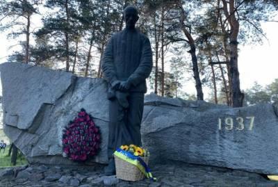 Зеленский почтил память жертв политических репрессий: Помним сегодня каждого погибшего