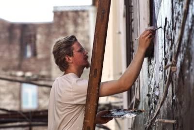 Власти Петербурга готовы согласовать граффити с Хармсом