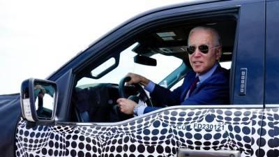 Байден протестировал новый электромобиль на заводе в Мичигане