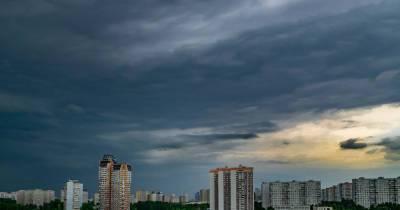 МЧС предупредило о сильном ветре в Москве до вечера среды