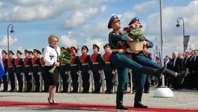 Беглов и Матвиенко в День города возложили цветы к Медному всаднику