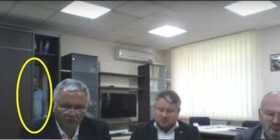 В Крыму чиновник во время онлайн совещания зашел в комнату через шкаф, видео, в сети смеются - ТЕЛЕГРАФ