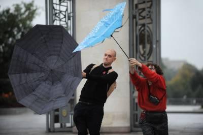 Москвичей предупредили о сильном ветре и грозе