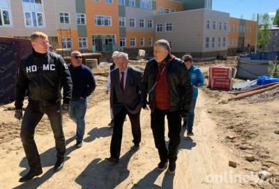 Александр Дрозденко проверил строительство школы-детского сада в Лесколово
