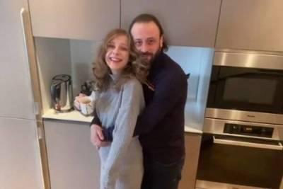 Вернулись в детство: беременная Арзамасова показала, как развлекается с мужем и пасынком