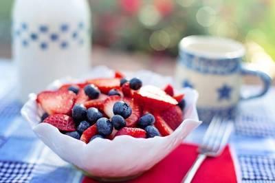 Эксперты перечислили фрукты и ягоды, которые вернут молодость коже