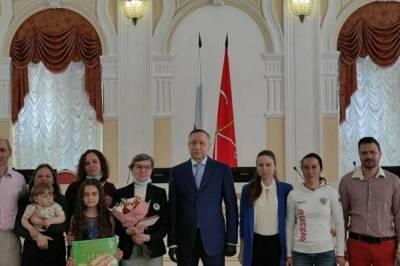 Александр Беглов вручил 14 петербургским многодетным семьям медали
