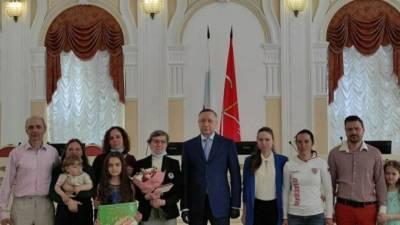 Губернатор вручил 14 петербургским многодетным семьям медали