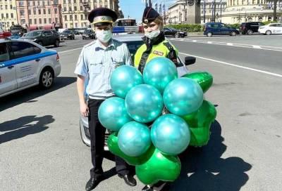 Петербургские инспекторы ГИБДД 1 июня поздравили детей и родителей с праздником