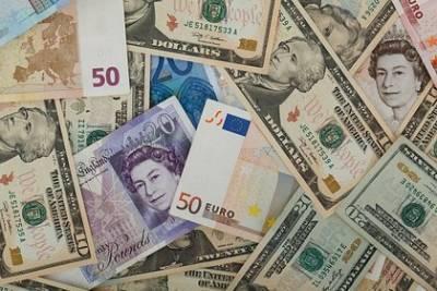 Россиянам назвали лучшее время для покупки долларов и евро