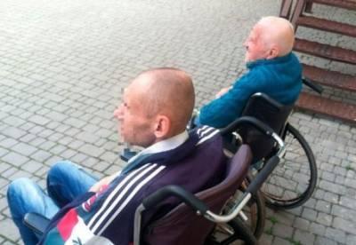 В Одессе трех пациентов-инвалидов психбольницы вывезли на кладбище и оставили там