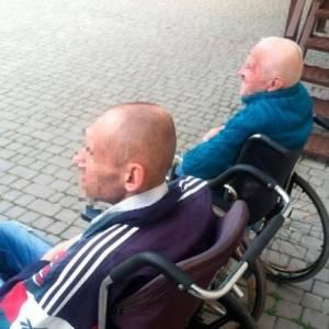 Трех пациентов с инвалидностью одесской психбольницы бросили на кладбище. Фото