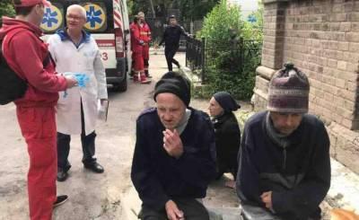 В Одессе санитары психбольницы бросили трех пациентов на кладбище