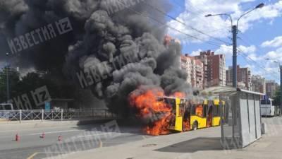 Видео: Пассажирский автобус загорелся в Приморском районе Петербурга