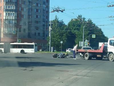 Мотоциклист попал в больницу после столкновения с иномаркой в Петербурге — видео