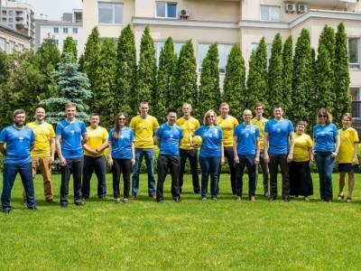 Сотрудники посольства США в Киеве надели новую форму сборной Украины по футболу
