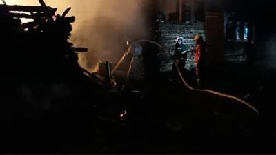 Два человека погибли при пожаре в деревне под Новгородом