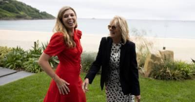 Кэрри Джонсон и Джилл Байден босиком прогулялись по пляжу после официальной встречи