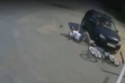 Невнимательный велосипедист врезался в шлагбаум в Дзержинске