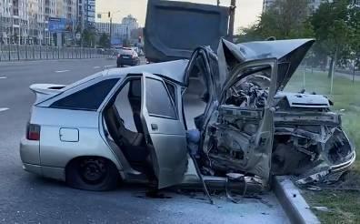 Легковушку смяло после столкновения с самосвалом в Кировском районе Петербурга