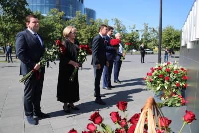 Свердловские чиновники и депутаты возложили цветы к памятнику Ельцину