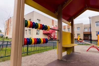 В Петербурге воспитатели частного детсада забыли на улице двухлетнего ребенка